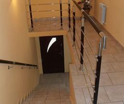 Eleganckie poręcze schodowe z drewna i stali